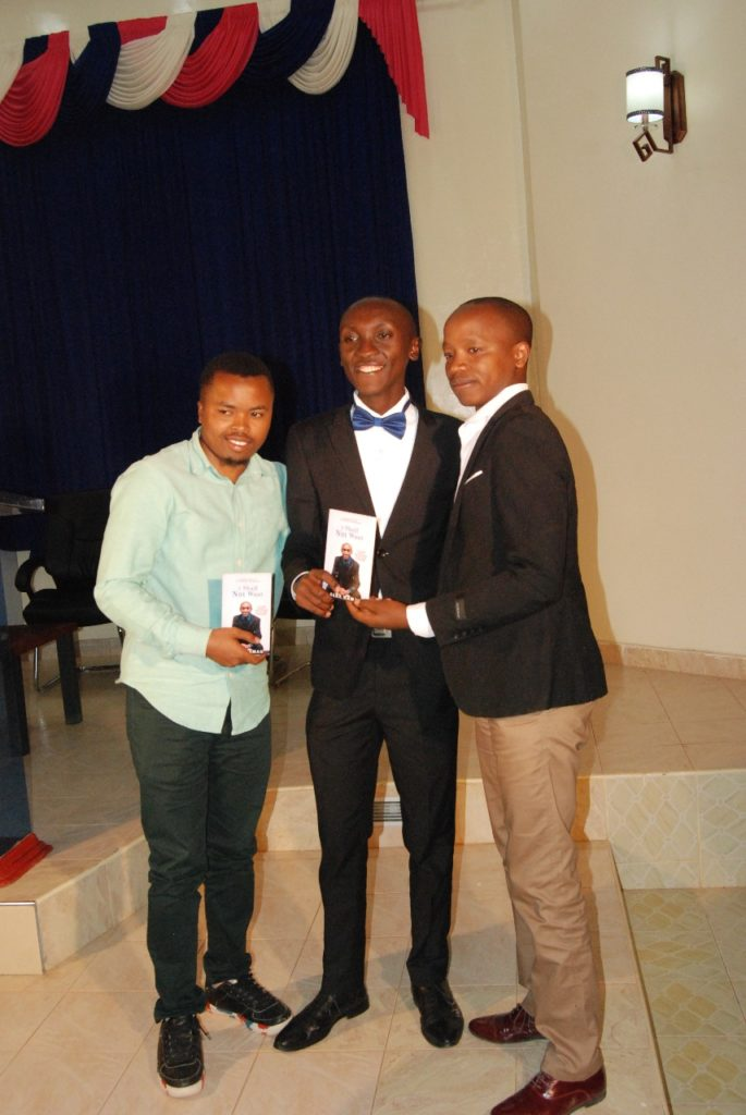 Alex Kamau (Centre)